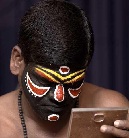 Manifestaciones culturales en el maquillaje de esta danza típica de Kerala - India