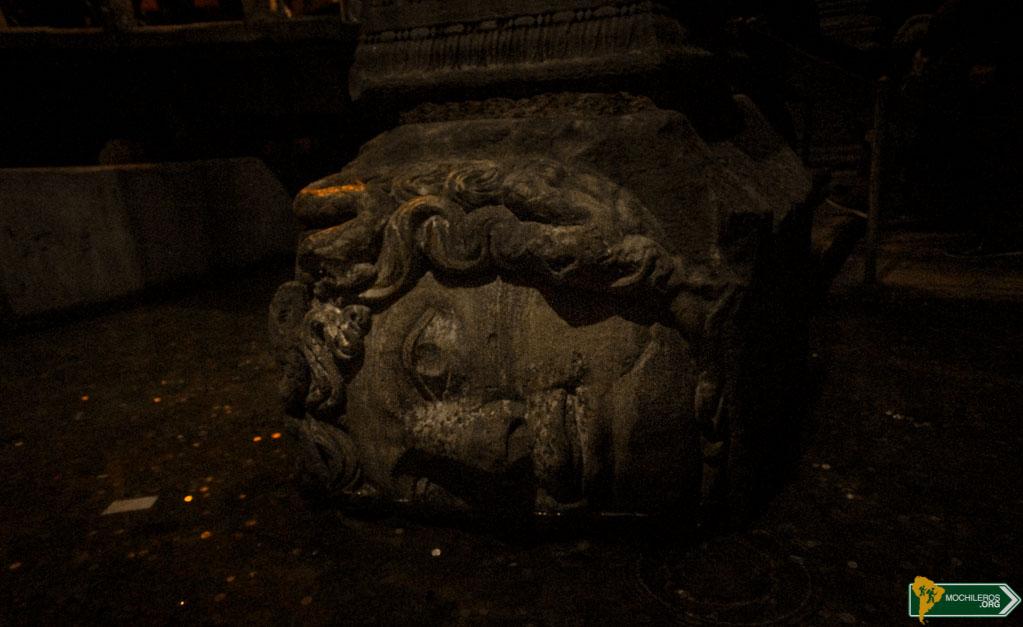Cisterna Basílica - Cabeza de Medusa Guia de Estambul Mochileros.org