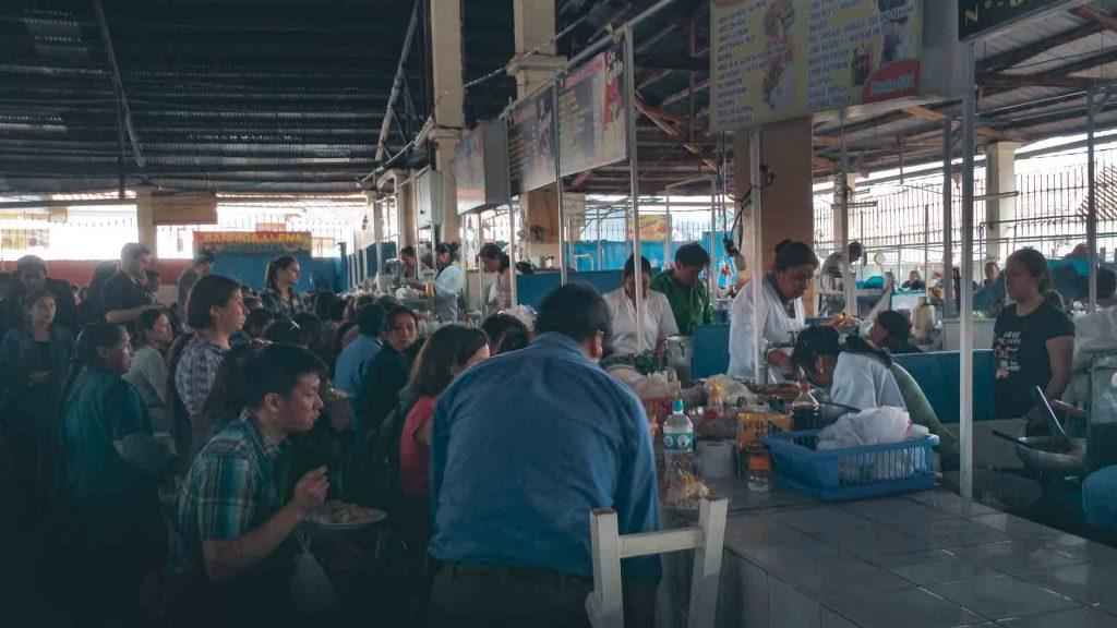 Gente en el Mercado de San Pedro - ©2020 Mochileros.org
