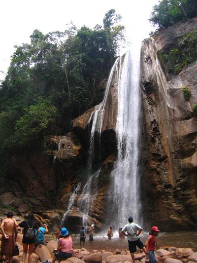 f503ea688 Hacia Pichanaki - Cataratas de la selva  El velo de la novia