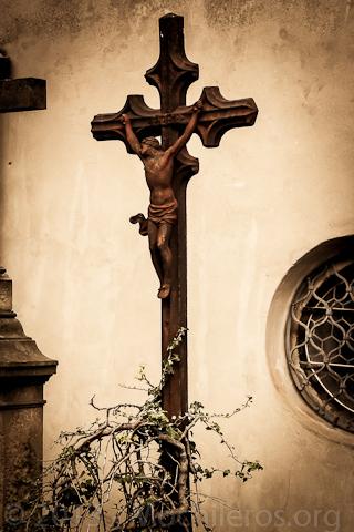 cruz en el osario de sedlec en kutna hora