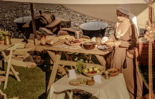 mujer checa con comida medieval