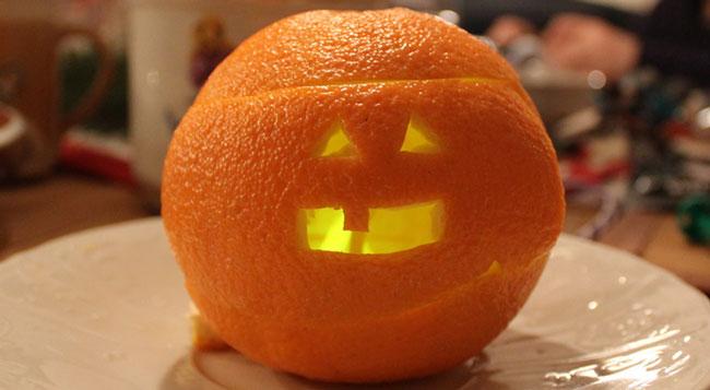 monstruo de halloween con cascara de naranja