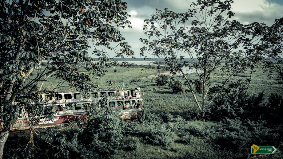 Iquitos Perú - Barco encallado en el boulevar de Iquitos - Mochileros