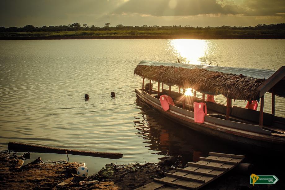 Iquitos Perú - Niños nadando en el río lleno de pirañas