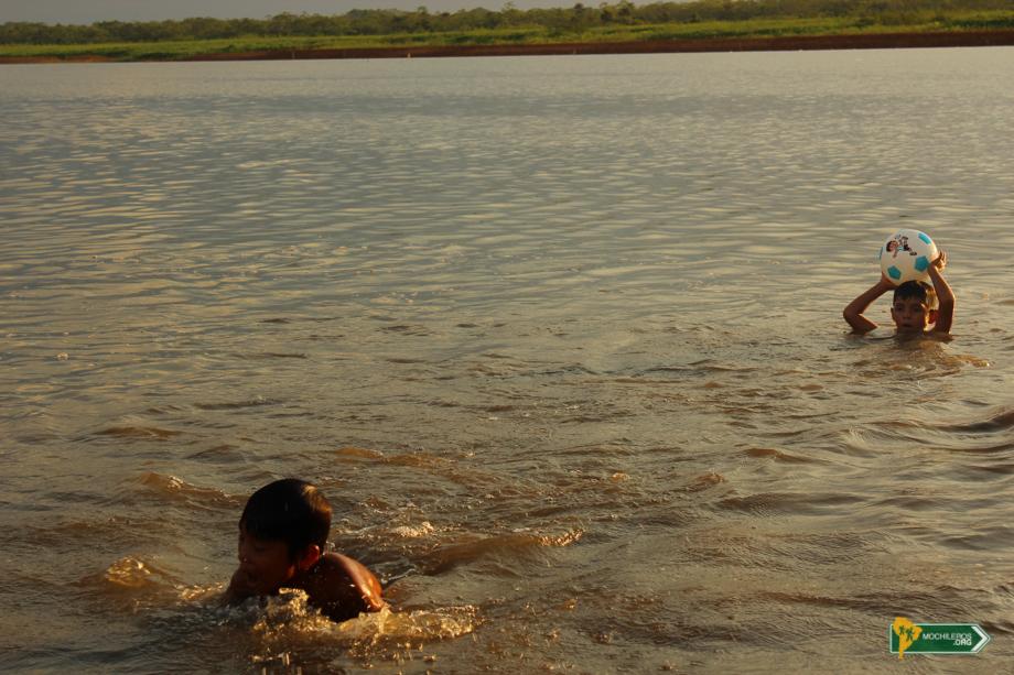 Iquitos Perú, Nadando con pirañas - Mochileros
