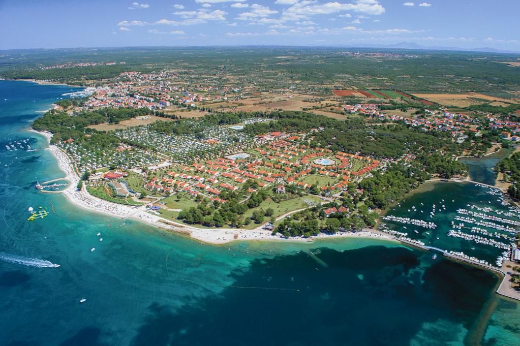 Vista aérea de Bi Village. Camping cuatro estrellas en Fažana