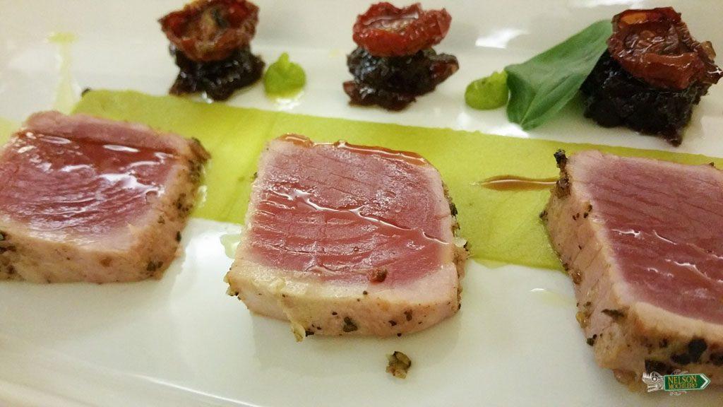 Creatividad en Pula: Atún con salsa de wasabi y tomates disecados con aceite de olivo: Restaurant Ribarska Kouba.