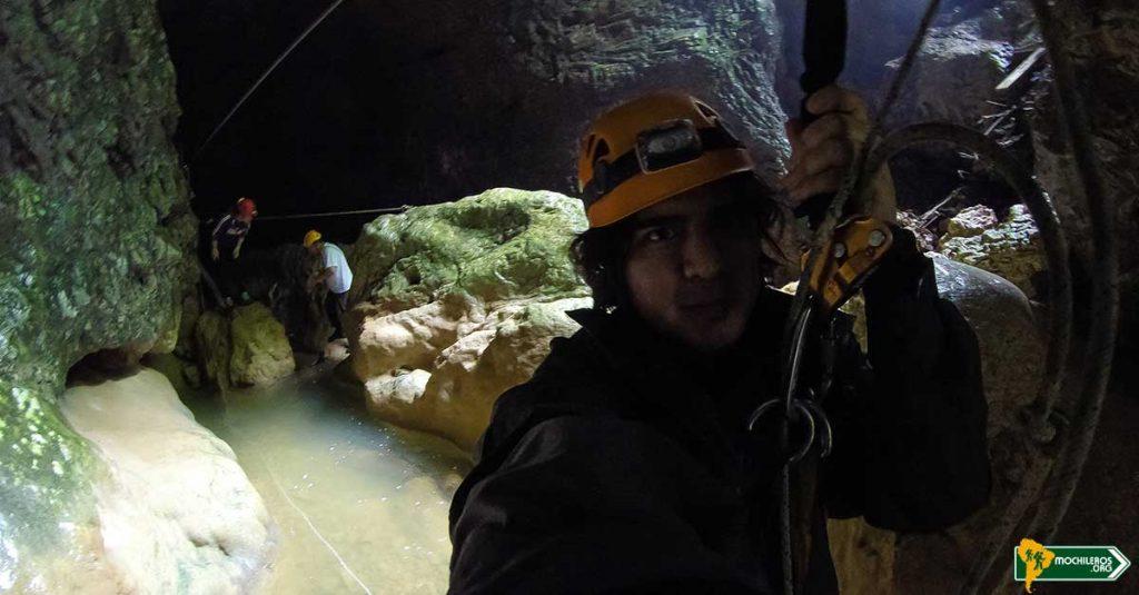 Bajando por el Zip Line - Caverna de Pazín - Pazinska Jama - Nelson Mochilero en la Caverna de Julio Verne